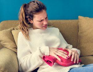 tanara cu dureri menstruale