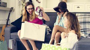 femei care cumpara papuci