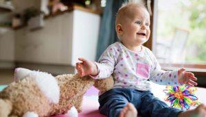 bebelus care primeste cadou jucarii